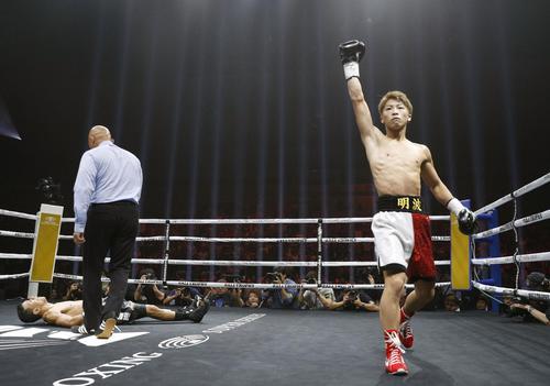 WBAバンタム級世界戦で、フアンカルロス・パヤノ(左奥)に勝利しガッツポーズする井上尚弥。1回1分10秒でKOし初防衛に成功した(共同)