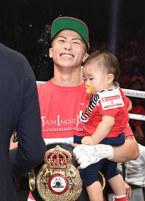 1回KO勝ちでパヤノを倒した井上は息子の明波くんを抱きながら笑顔を見せる(撮影・鈴木みどり)