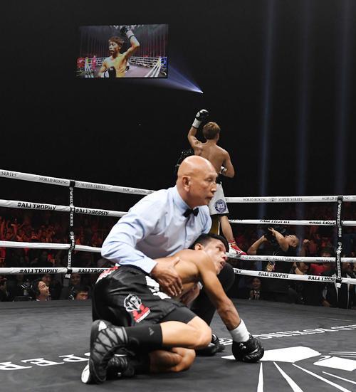 1回KO勝ちでパヤノを倒した井上はファンの声援に応える(撮影・鈴木みどり)