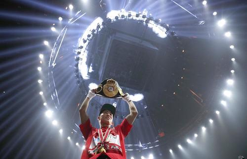 1回KOで初防衛に成功し、ベルトを掲げる井上尚弥(共同)