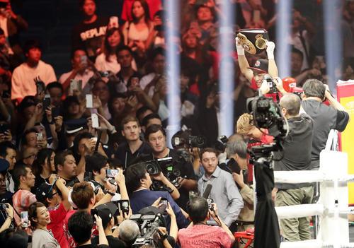 1回KO勝ちした井上は、騒然とするファンに高々とベルトを掲げる(撮影・浅見桂子)