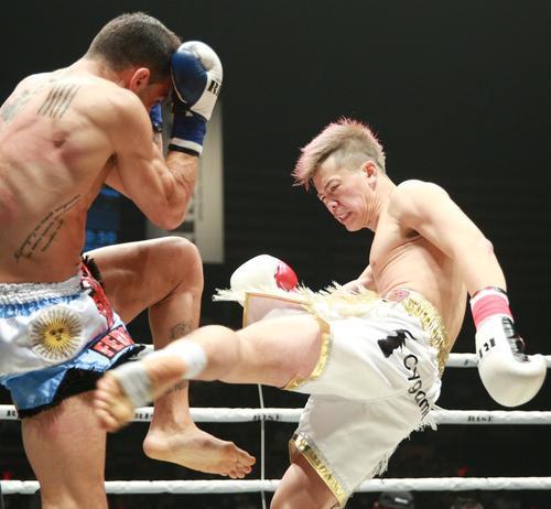 ローマ(左)にローキックを浴びせる那須川(撮影・中島郁夫)