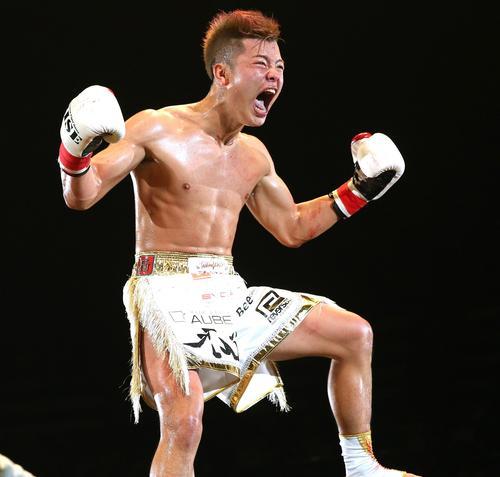 ローマにKO勝利し拳雄たけびを上げる那須川(撮影・中島郁夫)
