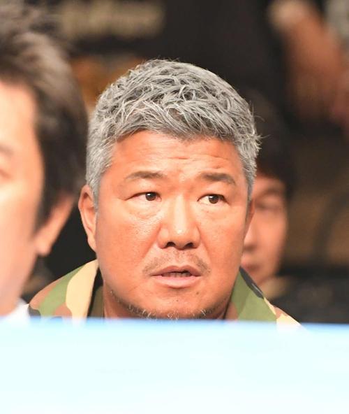 リングサイドで観戦する亀田史郎氏(撮影・山崎安昭)