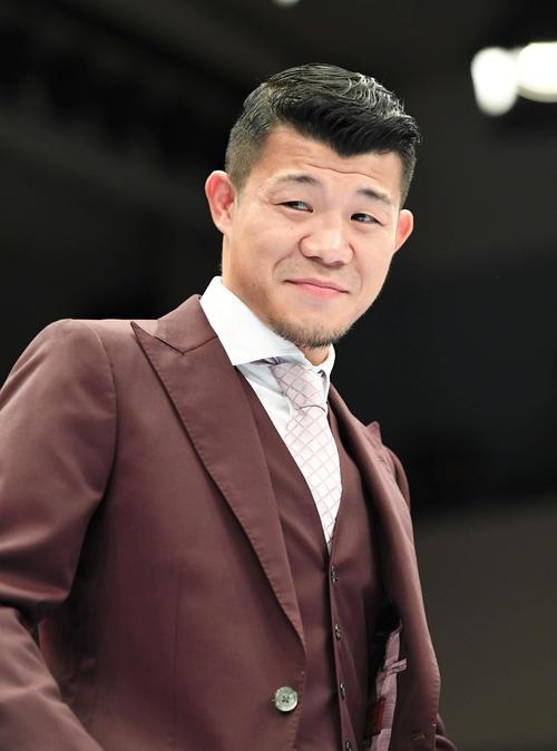 あいさつでリングに上がるTFC亀田興毅プロデューサー(撮影・山崎安昭)