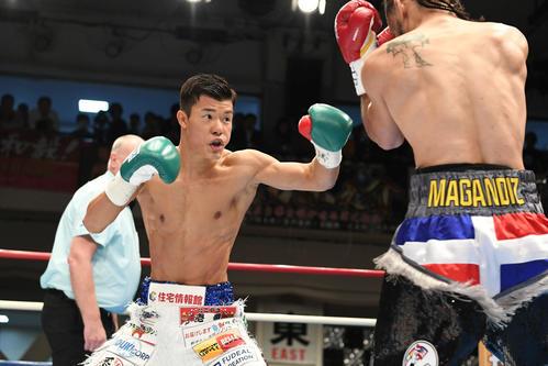 WBC世界スーパーバンタム級暫定王座決定戦 回、亀田和はメディナにパンチを打ち込む(撮影・山崎安昭)