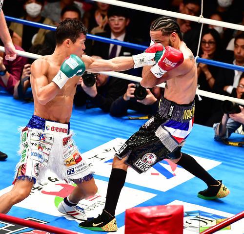 亀田和対アビゲイル・メディナ 3回、メディナ(右)に左パンチを放つ亀田和(撮影・小沢裕)