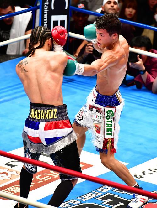 亀田和対アビゲイル・メディナ 4回、メディナ(左)に左パンチを放つ亀田和(撮影・小沢裕)