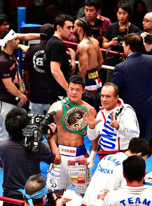 亀田和対メディナ 3-0の判定勝ちを収め関係者と記念撮影に臨む亀田和(撮影・小沢裕)