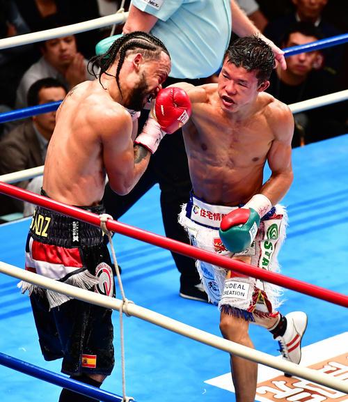 亀田和対メディナ 11回、メディナ(左)に右パンチを放つ亀田和(撮影・小沢裕)