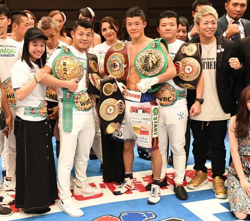 記念撮影する亀田和毅(左から4人目)。左から姫月、興毅、シルセ夫人、1人おいて大毅(撮影・山崎安昭)