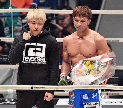 引退試合を勝利で飾った宮田(右)は息子と記念撮影する(撮影・滝沢徹郎)