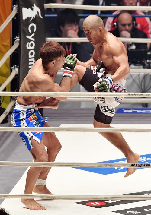宮田対山本アーセン 2回、飛び膝蹴りを放つ山本アーセン(右)(撮影・滝沢徹郎)