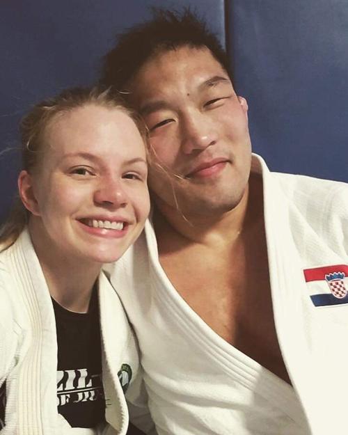 米国人の柔術世界女王クリスティン・ミケルソン(左)と交際する石井慧(Ken Hashimoto提供)