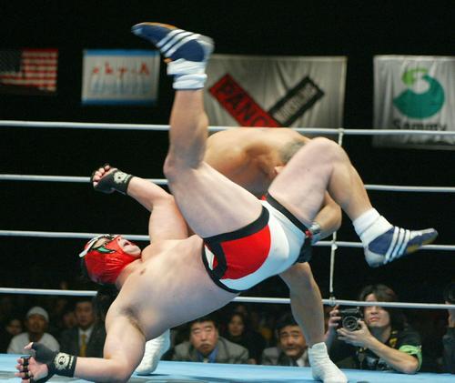 鈴木みのる対獣神サンダー・ライガー 獣神サンダー・ライガー(手前)は鈴木みのるに浴びせ蹴りを決めた(パンクラス横浜大会、2002年11月30日撮影)