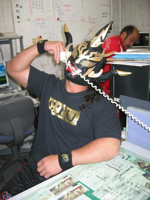 電話番もする獣神サンダー・ライガー 新日本プロレス事務所で(2004年12月15日撮影)