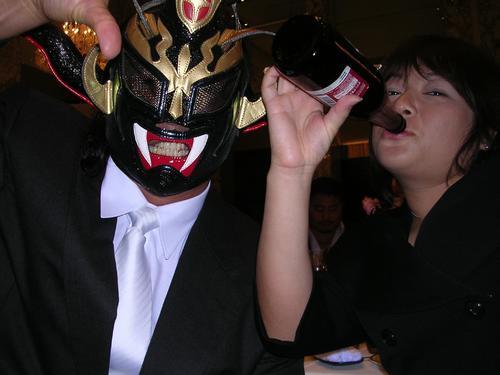 プロレス界「ナンバーワン」の酒豪は獣神サンダー・ライガーの妻千景さん(右)(2005年11月3日撮影)