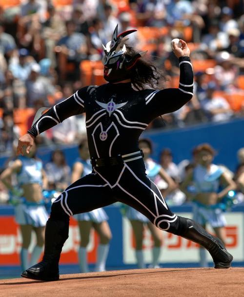 ロッテ対中日 始球式に臨む獣神サンダー・ライガー(2006年5月20日撮影)