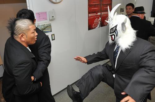 全日本両国大会発表会見後、からんでくる鈴木みのる(左)に蹴りを見舞う獣神サンダー・ライガー(2011年3月8日撮影)