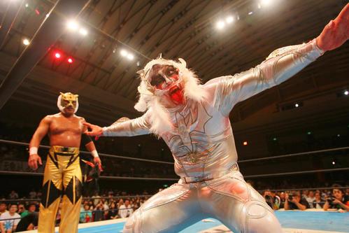 新日本大阪大会でタイチにマスクをはぎ取られながらも獣神サンダー・ライガー(右)は、タイガーマスクと勝利のポーズ(2012年6月16日撮影)