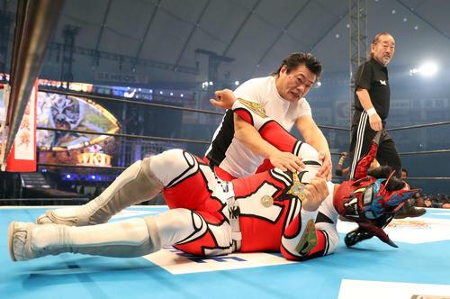 新日本東京ドーム大会で獣神サンダー・ライガー(手前)を抑え込む小林(2017年1月4日撮影)