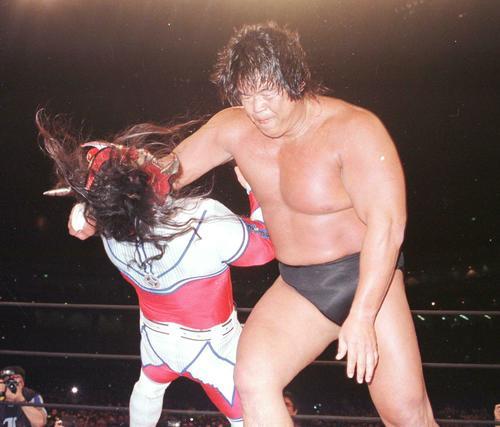 引退試合で、長州力は獣神サンダーライガー(左)にリキラリアットをかます(98年1月4日撮影)