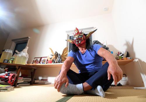 都内の新日本道場の自室でインタビューを受けた獣神サンダー・ライガー(2019年2月25日撮影)