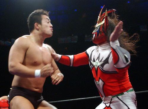 田口隆祐(左)に掌ていを見舞う獣神サンダーライガー