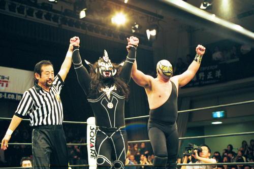 ライガー(中央)とマシンは勝ち名乗り(2000年11月撮影)