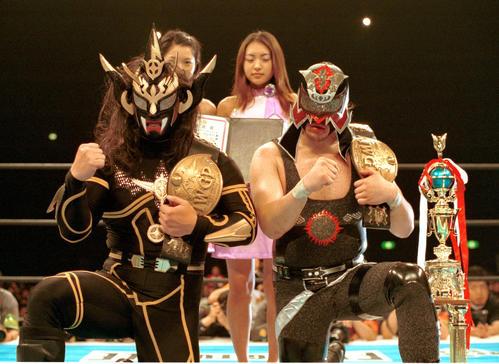 IWGPジュニア・タッグ選手権試合で防衛した獣神サンダー・ライガー(左)とエル・サムライ(2001年5月撮影)