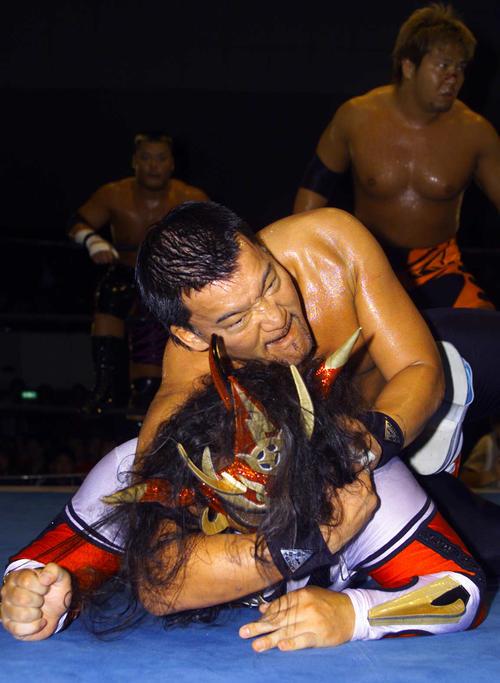 蝶野正洋(上)は、獣神サンダーライガーにSTFを仕掛けた(2001年6月22日撮影)