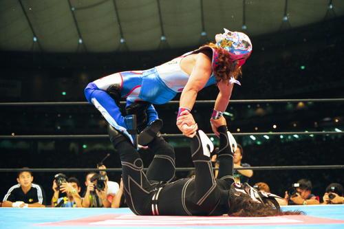 獣神サンダーライガー(下)はスペル・デルフィンを逆さ吊り天井をくらわす