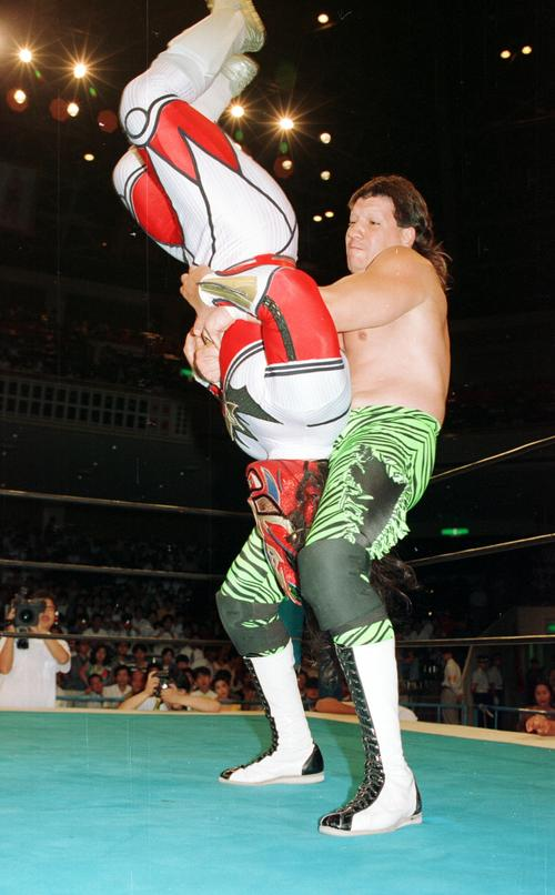 獣神サンダー・ライガー(左)にパワーボムを見舞うエディ・ゲレロ(撮影1993年8月5日)