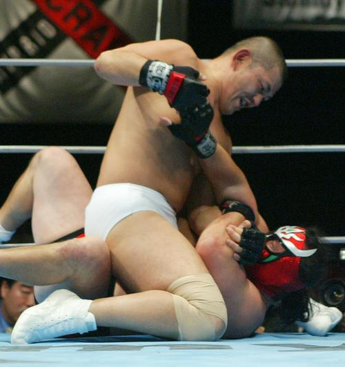 鈴木みのる(上)は獣神サンダー・ライガーにマウントパンチを浴びせた(パンクラス横浜大会、2002年11月30日撮影)