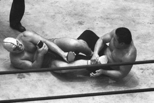 ザ・デストロイヤー(左)にフィギュア4レッグロック(足4の字固め)にもって行かれる力道山=1963年12月2日