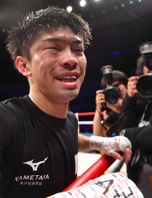 初防衛に成功し笑顔を見せながらファンにあいさつするWBO世界フライ級王者・田中恒成(撮影・上田博志)