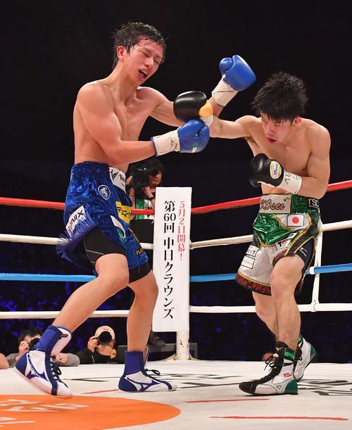 田口良一(左)に右ストレートを打ち込むWBO世界フライ級王者・田中恒成(撮影・上田博志)