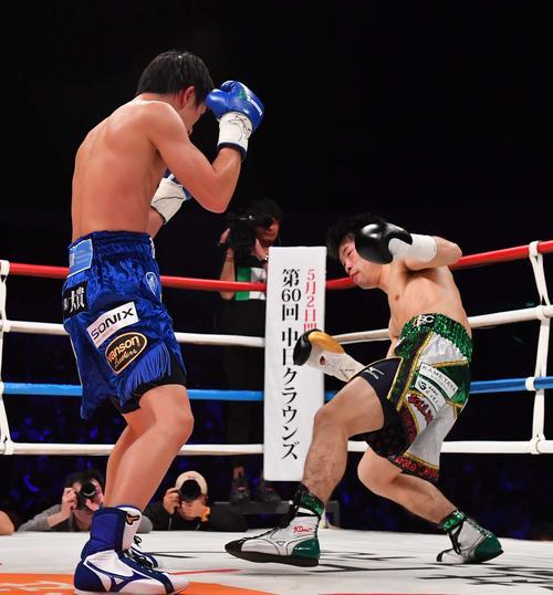 3回、田口良一(左)の右フックで足元がふらつくWBO世界フライ級王者・田中恒成(撮影・上田博志)