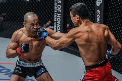 ナシューヒン(右)の強烈な左フックを浴びる元UFCライト級王者エディ・アルバレス