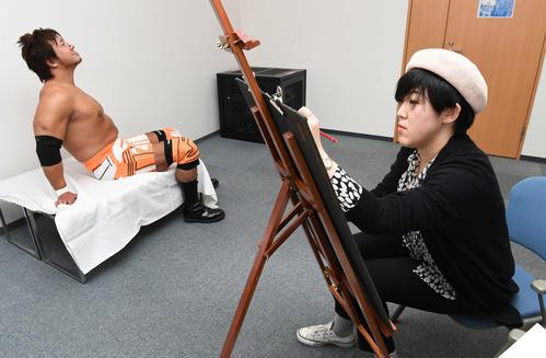 新日本プロレスの小島聡をモデルにデッサンする高場泉穂記者(撮影・鈴木みどり)