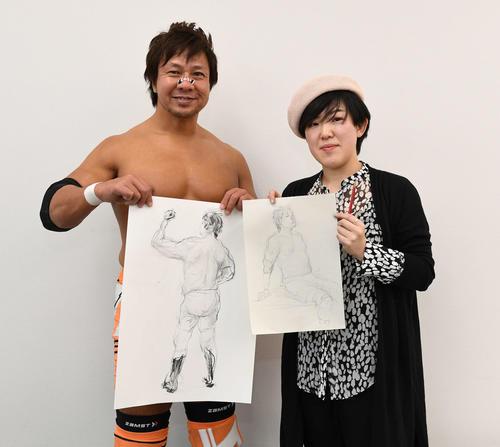 新日本プロレスの小島聡(左)は高場泉穂記者が書いた自身のデッサン画を手に笑顔(撮影・鈴木みどり)