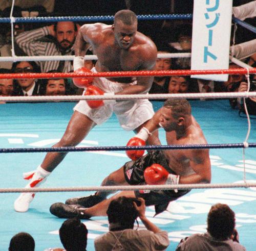 90年2月、WBA・IBF・WBC世界ヘビー級タイトルマッチの10回、マイク・タイソン(右)はジェームス・ダグラスの強烈パンチでダウンを喫しKO負けする