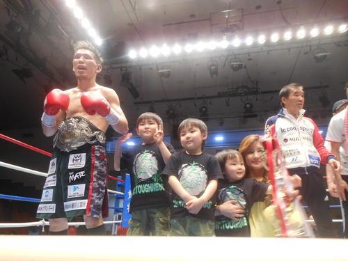 斉藤裕太(左)は夫人に3人の子供とリング上で王座統一を誇示。右端は花形進会長