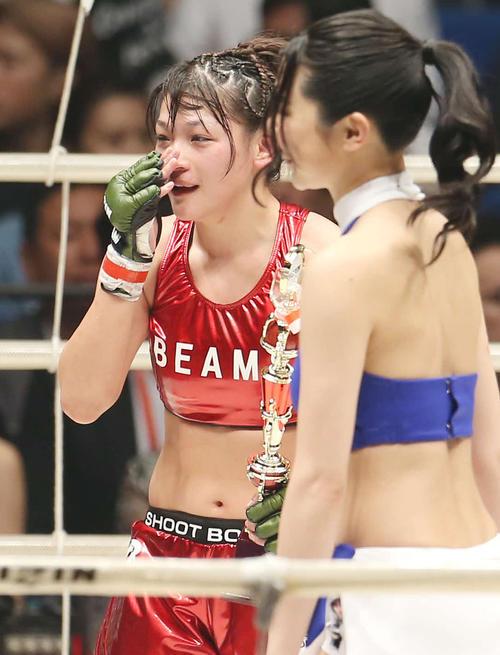 減量失敗を経て476日ぶりに勝利し、目に涙を浮かべるRENA(撮影・河田真司)