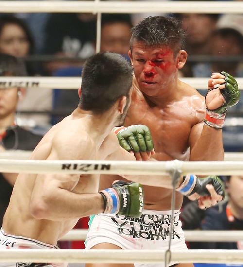 3回、ソウザ(左)の激しい攻めで流血する北岡(撮影・河田真司)