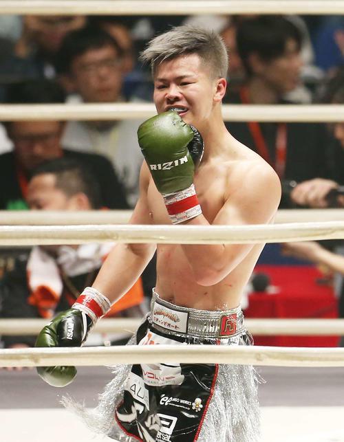 ビアグタンにTKOで勝利し、笑みを浮かべる那須川(撮影・河田真司)