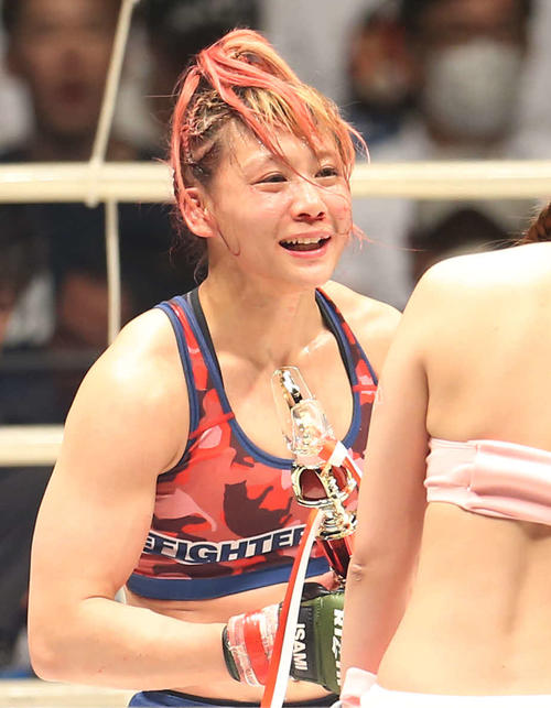 ハバに判定勝利し、トロフィーを手に笑顔を見せる渡辺(撮影・河田真司)