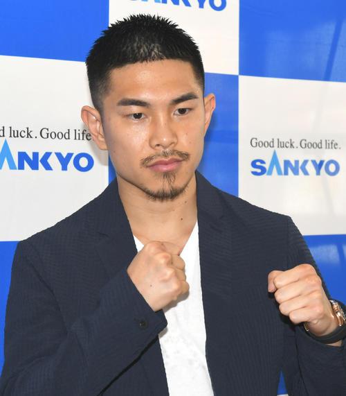 夢の4階級制覇に向けて、パリクテとの、WBO世界Sフライ級王座決定戦を発表した井岡一翔(撮影・酒井清司)
