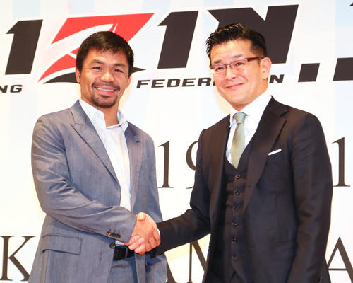 RIZIN前日計量に訪れたパッキャオ(左)と握手を交わす榊原実行委員長(撮影・足立雅史)