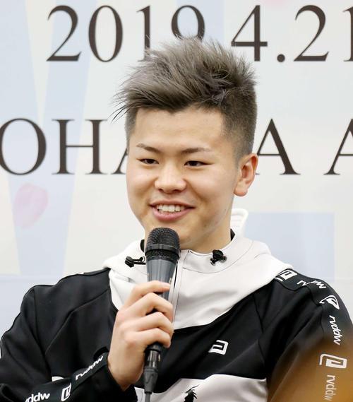 試合後の会見で笑顔を見せる那須川(撮影・河田真司)